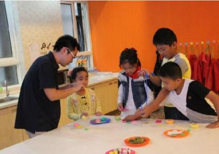 主要开展如下课程: 英孚幼儿英语探索课程(3-6岁) 这个阶段的教学目的是从小培养良好语感,同时注重社交、认知等综合能力的培养。英孚基于对中国大量3到6岁幼儿的研究,推出了4套针对不同年龄幼儿的认知特点和学习习惯的教案,同时提供全套帮助父母在家里营造英语环境的工具,在课内课外给幼儿全面有效的幼儿英语培训。 英孚儿童英语腾飞课程(7 - 9岁) 小学阶段的孩子学英语,重要的是打好扎实的英语基础,确保日后能准确流利地使用英语。英孚儿童英语课程针对7-9岁的小学员,专门研发设计了比同等级小学英语课程略深的英语教