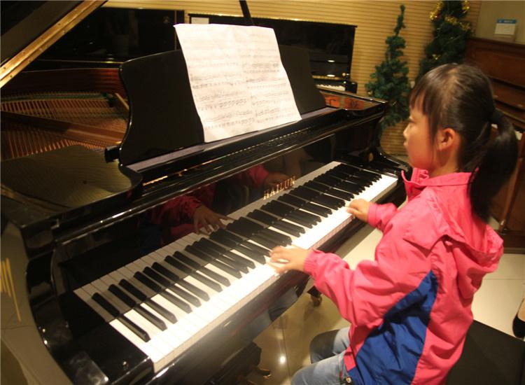 学校简介: 徐州海星艺术培训中心2006年成立于南京,有多年少儿艺术类培训教学经验,南京目前有多家分校,学员人数1000多人,徐州聆听海星艺术培训中心现已成立,是专业的少儿钢琴艺术类培训机构。 中心硬件设施国内一流,拥有先进的教学设备,温馨、舒适的教学场所。中心采用的各类设施,设备均要达到安全,环保的要求。中心设有音乐厅、琴房、多功能教室,可以满足各类音乐课程的需求。 中心管理体制科学、完善,师资力量雄厚。教师选拔考核制度严格,中心教师都是一流艺术院校毕业生,并且有多年少儿艺术教学经验,教学态度认真,负责