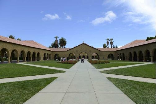 位于加利福尼亚州斯坦福大学校园中心的椭圆大草坪附近,是美国顶尖商